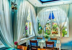 dining-410832_1280